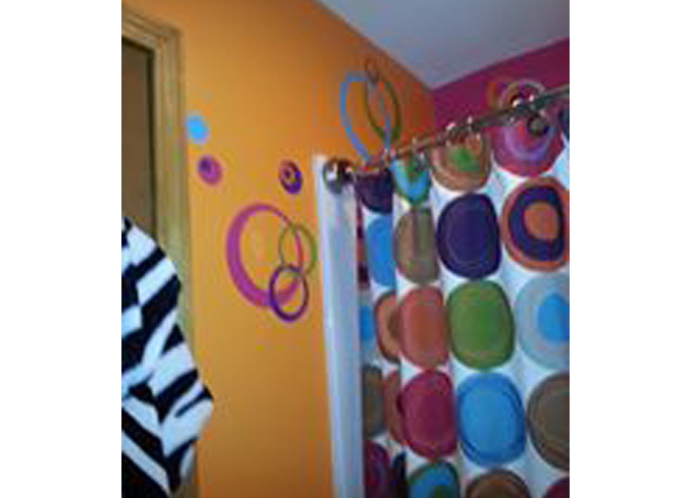 bathroom-decor-with-wall-decal-circle-stickers.jpg
