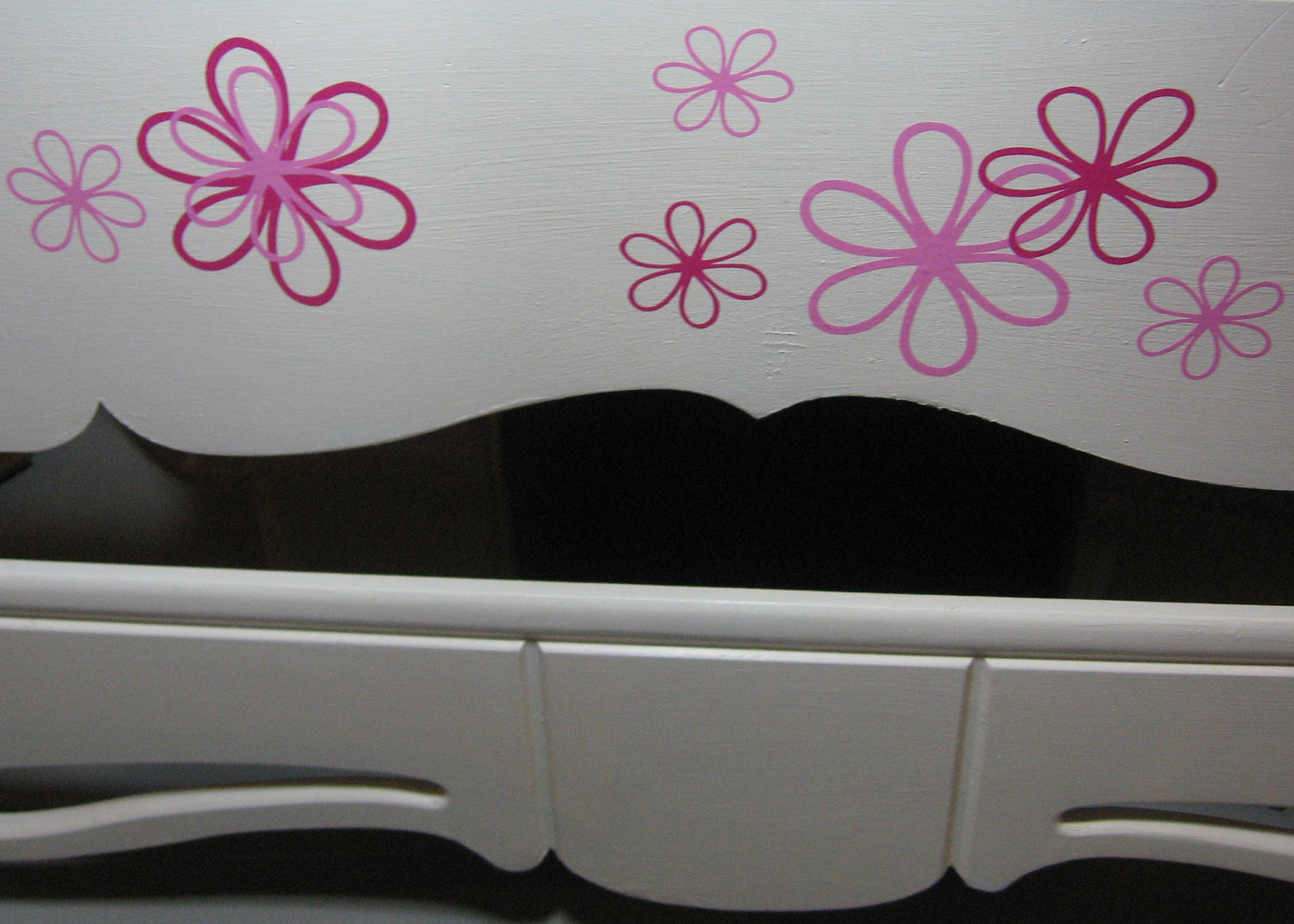 daisy-flower-wall-decals-on-bed.jpg