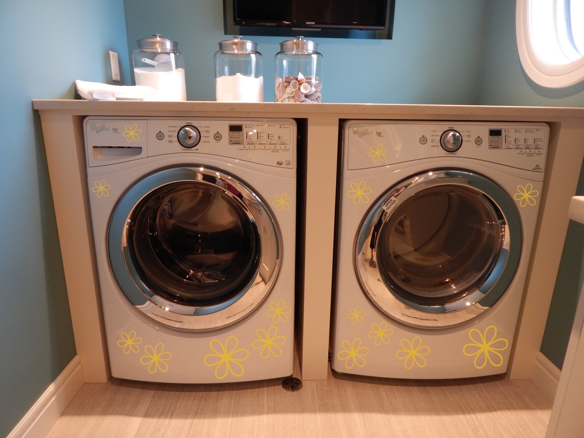 Daisy Flower 2 color package jazzes up this Washer and Dryer set and adds a cheerful attitude to this Laundry room.